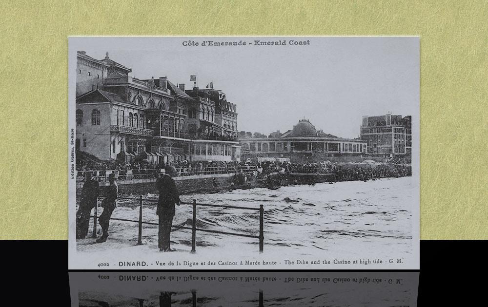 Vue de la digue et des casinos à marée haute - Dinard